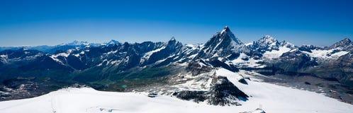 Panorama alpino con Matterhorn Fotografia Stock