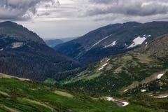 Panorama alpino del centro dell'ospite immagini stock