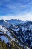 Panorama alpino del invierno con Zugspitze imagen de archivo