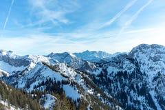 Panorama alpino del invierno con Zugspitze Imagenes de archivo