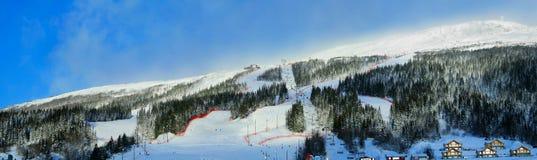 Panorama alpino del luogo di corsa con gli sci Immagini Stock