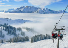 Panorama alpino di inverno della montagna del pendio dello sci con l'ascensore di sci Fotografie Stock