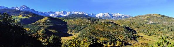 Panorama- alpint landskap av Colorado under lövverk Royaltyfri Bild