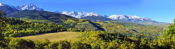 Panorama- alpint landskap av Colorado under lövverk Royaltyfria Foton