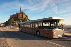 Panorama alter Mont Saint Michele-Abtei an einem schönen Frühlingsmorgen Spezieller Bus holte erste Touristen zur Abtei Stockbilder