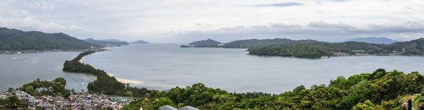 Panorama Amanohashidate i wyspy w «Niebiański Brigde «z Miyazu zatoką zieleniejemy krajobraz Miyazu, Japonia, Azja zdjęcie royalty free