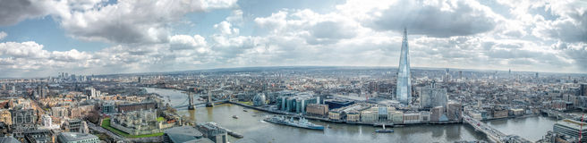 Panorama amplio de la opinión del horizonte de Londres Este y señales del sur, torre de Londres, el río Támesis Canary Wharf, el  Foto de archivo libre de regalías