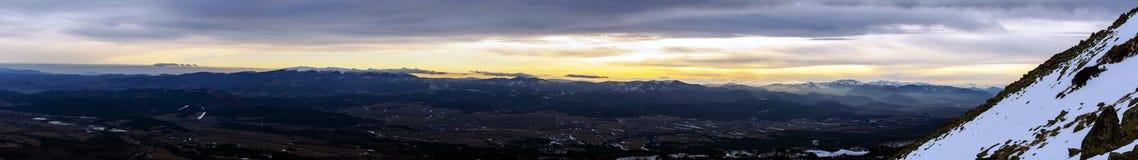 Panorama amplio de Tatras bajo en la puesta del sol Imagen de archivo libre de regalías