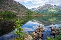 Panorama amplio del lago maravilloso Paisaje escénico del verano, montañas y cielo nublado azul en el fondo Sayan del este Fotos de archivo libres de regalías