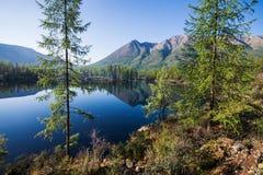 Panorama amplio del lago maravilloso Paisaje escénico del verano, montañas y cielo nublado azul en el fondo Sayan del este Fotografía de archivo libre de regalías
