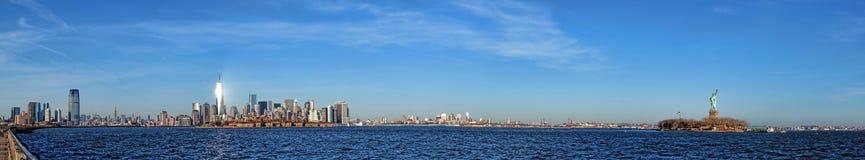 Panorama amplio del paisaje urbano del horizonte de New York City Foto de archivo