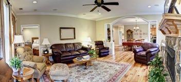 Panorama amplio, sala de estar equipada Fotografía de archivo libre de regalías