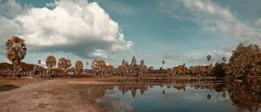 Panorama Angkor Wat Przeciw Chmurnemu niebieskiemu niebu w jesieni Fotografia Stock
