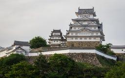 Panorama-Ansicht über Himeji-Schloss an einem klaren, sonnigen Tag mit vielen Grünen herum Himeji, Hyogo, Japan, Asien stockbilder