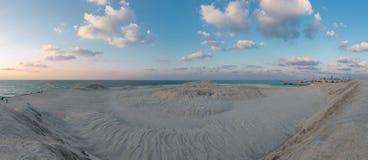 Panorama-Ansicht der Wüste, die den Ozean in Dubai trifft Stockfotos