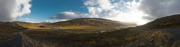 Panorama-Ansicht Island während der goldenen Stunde mit blauem Himmel und Wolke stockfotos