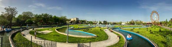 Panorama-Ansicht von den Leuten, die Spaß Jugend-im Allgemeinen Vergnügungspark &#x28 haben; Tineretului Park) Stockfoto