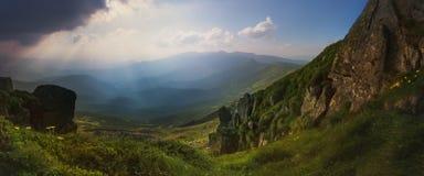 Panorama Ansicht von der Oberseite Ansicht vom Berg-Knall Iwan Die Strahlen der untergehenden Sonne Stockfoto