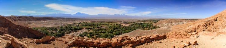Panorama-Ansicht von Ruinen PukarÃ-¡ de Quitor über einem Tal unten, Atacama-Wüste, Nord-Chile Stockfoto