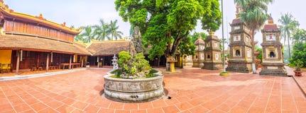Panorama arkitektoniska Tran Quoc Pagoda, Hanoi, Vietnam royaltyfria foton