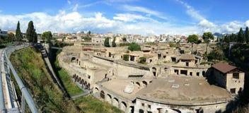 Panorama arqueológico do local - Herculaneum o Vesúvio fotografia de stock royalty free