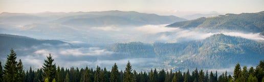 Panorama asombroso de la cordillera de niebla Fotografía de archivo libre de regalías