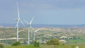 Panorama asombroso del paisaje rural verde, montañas en horizonte, parque eólico almacen de video