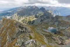 Panorama asombroso del pico a los lagos Elenski, montaña de Malyovitsa de Rila Fotos de archivo libres de regalías
