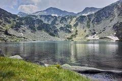 Panorama asombroso del pico y del lago fish, montaña de Banderishki Chukar de Pirin Fotos de archivo