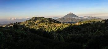 Panorama auf dem Inierie-Vulkan bei Sonnenuntergang, Nusa Tenggara, Flores-Insel, Indonesien lizenzfreie stockbilder