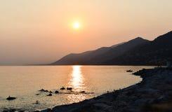 Panorama auf der Mittelmeerküste von Ligurien während des Sonnenuntergangs stockfotos
