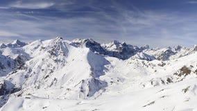 Panorama auf Schnee bedeckte Bergspitzen und Kanten des majestätischen italienischen alpinen Bogens in der Wintersaison und in de stock video