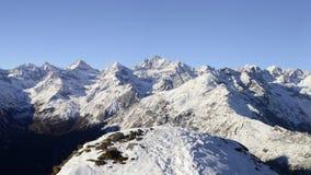 Panorama auf Schnee bedeckte Bergspitzen und Kanten des majestätischen italienischen alpinen Bogens in der Wintersaison und in de stock footage