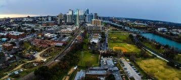 Panorama- Austin Texas Skyline View stads- industriell allvarlig gård Arkivbild