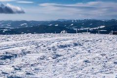 Panorama austriaco delle catene montuose di inverno con cielo blu e le nuvole Fotografia Stock Libera da Diritti
