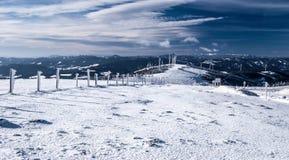 Panorama austriaco delle montagne di inverno con cielo blu e le nuvole Immagine Stock Libera da Diritti