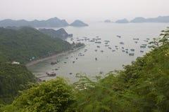 Panorama av öar runt om den Cat Ba ön royaltyfri foto