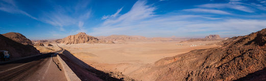 Panorama av öknen i Egypten och vägen sträcker till horisonten Arkivbilder