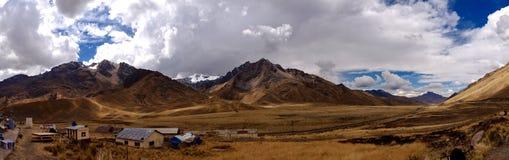 Panorama av Abra La Raya Pass i peruanska Anderna fotografering för bildbyråer