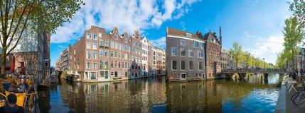 Panorama av Amsterdam Typiska holländarehus och broar, Holland, Nederländerna Royaltyfri Foto