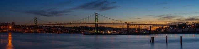 Panorama av Angus L Macdonald Bridge som förbinder Halifax till D Fotografering för Bildbyråer