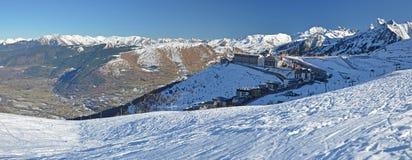 Panorama av Aure Valley och helgonet Lary Soulan tillgriper byn royaltyfri fotografi
