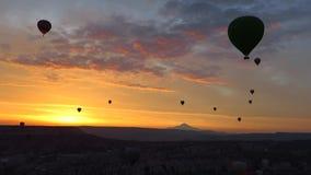 Panorama av ballonger för varm luft som flyger över Cappadocia på gryning lager videofilmer
