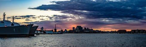 Panorama av Baltimore den inre hamnen på solnedgången arkivbild