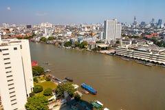 Panorama av Bangkok från floden på en solig dag Royaltyfri Fotografi