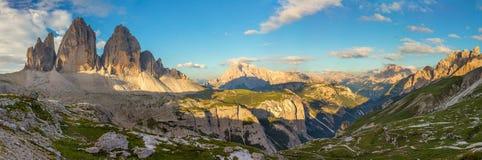 Panorama av berömda Tre Cime di Lavaredo, Dolomitesfjällängar, Italien, Royaltyfri Fotografi