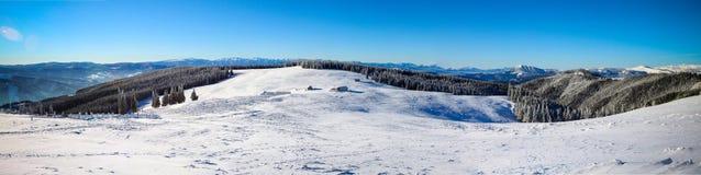 Panorama av berg i vintersäsong Arkivbilder
