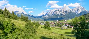 Panorama av berg av Lermoos Grubigstein royaltyfri foto