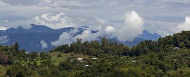 Panorama av berg och himmel med moln royaltyfria foton