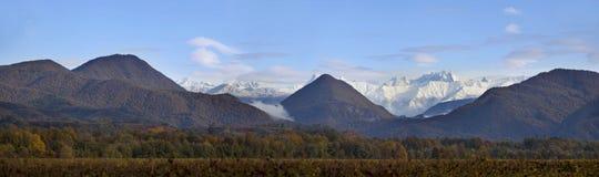 Panorama av berg och himmel med moln royaltyfri foto
